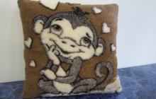 Подушка влюбленная обезьянка